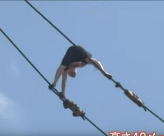 【衝撃】高さ40mのタワークレーンに登って綱渡りをするお騒がせ男
