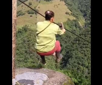 【衝撃】村人が使う山間に張られた400mのジップラインが怖すぎる