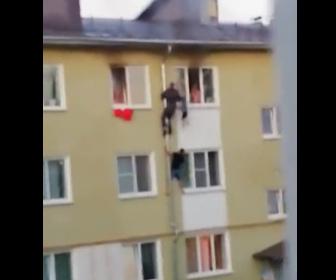 【火災】通行人が火事で燃えるアパート3階から子供3人を救出する