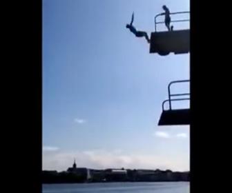 【衝撃】10m高さからバックフリップで水に飛び込むが失敗して…