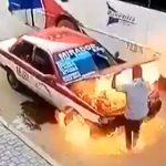 【衝撃】タクシー運転手が車のボンネットを開けた瞬間、火が噴き出しタクシーに乗っていた客が必死に逃げる