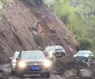 【自然】大規模な地すべりが発生。山道を走る車が飲み込まれそうになる