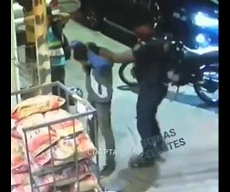 【衝撃】警察官が男の所持品チェックする方法がヤバすぎる