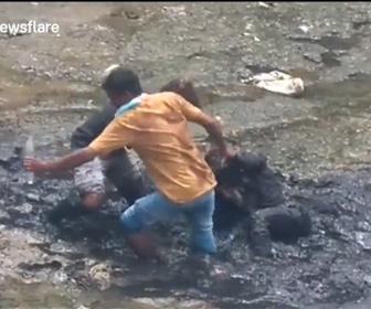 【衝撃】川底のヘドロにはまり、意識を失った酔っ払いを通行人の男性2人が助ける