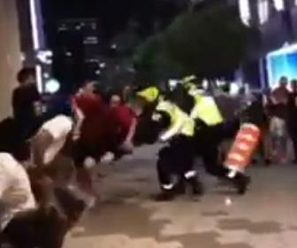 【衝撃】男が巧みなステップで警察官2人をかわし逃走するが…