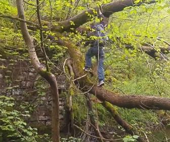 【衝撃】木の幹を登って川を渡ろうとする男性が足を滑らせ…