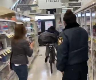 【衝撃】店内でゴミ袋に商品を入れまくり、自転車に乗って逃走する男