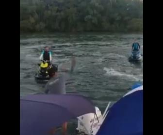 【衝撃】湖で船上パーティの音楽がうるさくて、 水上バイクに乗った2人が注意しにくるが…