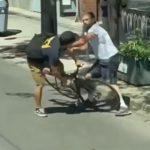 【暴行】車の運転手VS自転車男 自転車男が車のタイヤをナイフで刺し…
