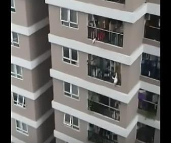 【ショッキング映像】マンション12階から2歳の赤ちゃんが落下してしまう衝撃映像