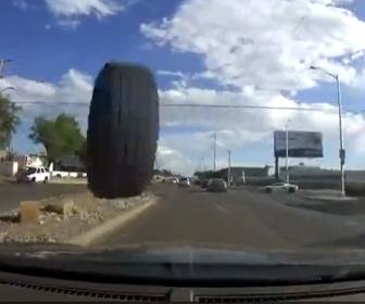 【衝撃】対向車線から猛スピードのトラックタイヤが突っ込んでくる衝撃映像