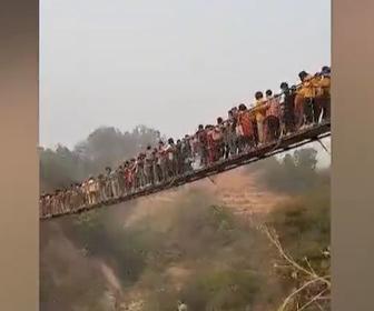 【衝撃】観光客が殺到し揺れまくる木製の吊り橋が怖すぎる