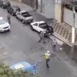 【衝撃】警察官に立ち向かう男。後ろからきた警察官に容赦なく蹴り倒され取り押さえられる