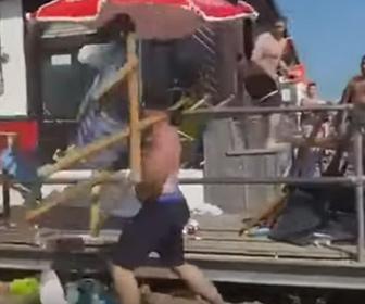 【乱闘】ビーチバーで男達が大乱闘。椅子を投げまくり激しい戦い