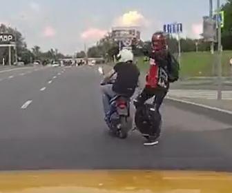 【事故】電動一輪車が道に飛び出しバイクとタクシーに激突してしまう事故映像