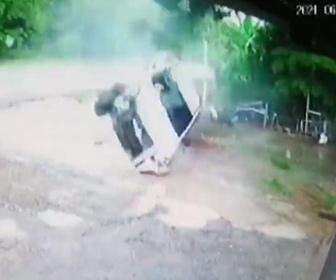 【事故】猛スピードのピックアップトラックが雨で滑り道から落下、横転してしまう事故映像