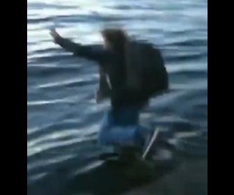 【衝撃】立ち上がった男性がバランスを崩して海に落ちてしまう