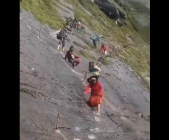 【衝撃】超危険な斜面を下る村人、ネパールの山道がヤバすぎる