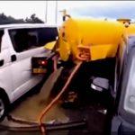 【事故】玉突き事故が発生、バキュームカーに後続のトラックが突っ込み、下水が流れ出てしまう