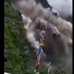 【災害】雨で大規模な地すべりが発生。村人が必死に逃げる衝撃映像
