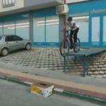 【衝撃】少年が自転車に乗って台から下りようとするが失敗…
