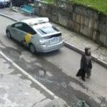 【事故】バックするタクシーが道を歩く女性に気づかず轢いてしまう