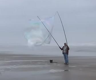 【衝撃】男性が信じられないほど巨大なシャボン玉を作る衝撃映像
