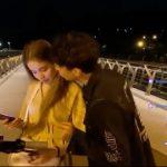 【衝撃】道でライブ配信中の男が少女に突然キスをするが…