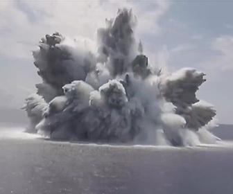 【衝撃】爆薬18トンが水中で爆発。米海軍の新型空母の耐衝撃性能試験が凄い!