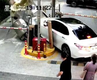 【事故】若い女性が運転する車が 警備員BOXに突っ込んでしまう事故映像