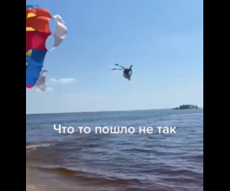 【衝撃】砂浜からパラセーリングしようとする男性がボートで引っ張られるが…