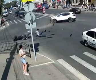 【事故】交差点で左折する車に直進する猛スピードのバイクが突っ込んでしまう事故映像