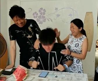 【動画】大学入試テストで高得点を取り涙を流して喜ぶ男性