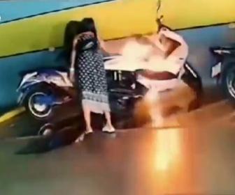 【動画】女が元彼の高価なバイクにガソリンをかけ火をつける衝撃映像
