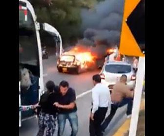 【動画】炎上する車がバスに突っ込み、バスの乗客が必死にバスから逃げる衝撃映像