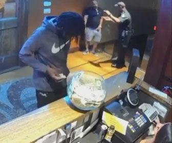 【衝撃】男がチップを払う振りをして、チップジャーを持って走って逃げる