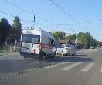 【事故】サイレンを鳴らし猛スピードで走る救急車が左折する車に突っ込んでしまう事故映像