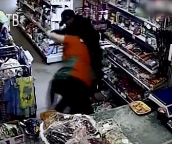 【強盗】ナイフを持った強盗が店に現れ女性店主に襲いかかるが女性店主が強かった