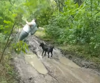 【動画】男性が足を滑らせ、必死に木を掴むが泥水に落ちてしまう