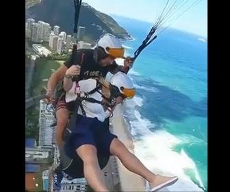【衝撃】パラグライダーをする女性が気持ち悪くなり上空で吐いてしまう衝撃映像