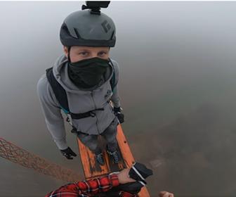 【衝撃】高さ50mの風力タービンからベースジャンプする衝撃映像