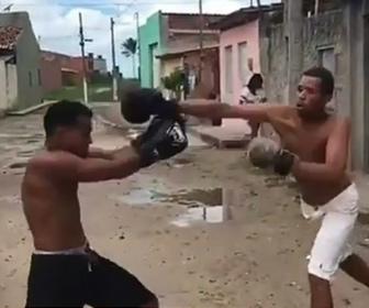 【衝撃】ストリートボクシングで男性が強烈なパンチで殴り倒される衝撃映像
