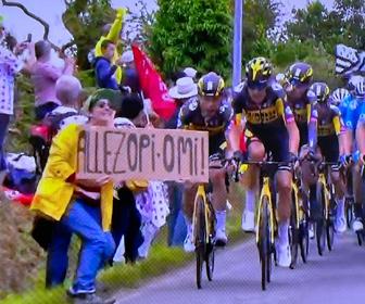 ツール・ド・フランス、観客女性が大きな看板を掲げ進路妨害し選手が衝突