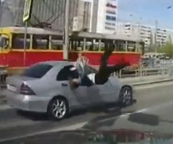 【事故】交通量の激しい道を渡ろうとする女性が車にはね飛ばされてしまう事故映像