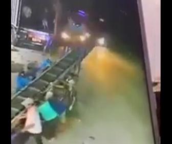 【衝撃】トラックから大勢でベルトコンベアを降ろして運ぶが道を走るトラックが…