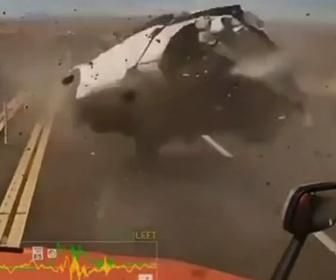 【事故】猛スピードで追い越しをする車がコントロールを失い標識に激突。激しく回転する衝撃映像