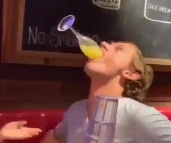 【衝撃】グラスを口にくわえ、一気に飲もうとするが失敗