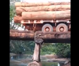 【衝撃】危険すぎる木製の橋を大量の丸太を積んだトラックが渡ろうとするが…