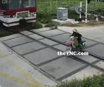 【事故】遮断器が下りた踏切をバイクに乗った女性が無理に渡ろうとするが…