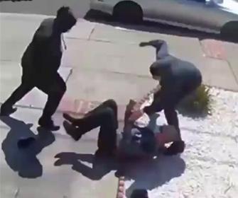 【暴行】80歳のおじいさんが歩道で若者2人に襲われる衝撃映像